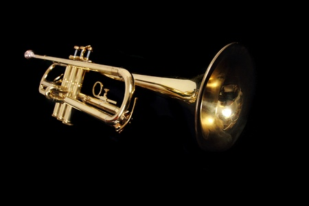 trompeta: la trompeta de oro aislados sobre el fondo negro Foto de archivo
