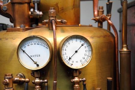 MAQUINA DE VAPOR: detalle de la vieja m�quina de vapor como tel�n de fondo la tecnolog�a