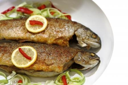 grigliate di pesce trota come sfondo buon cibo Archivio Fotografico