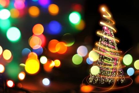 arboles blanco y negro: luces del �rbol de navidad en el fondo negro Foto de archivo