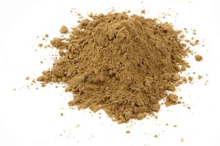 Sandy soil: la arena amarilla del verano isolarted en el fondo blanco