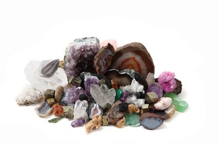 보석과 광물의 컬렉션은 흰색 배경에 고립