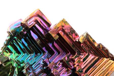 bismut (regenboog metalen kwarts) geïsoleerd op de witte achtergrond