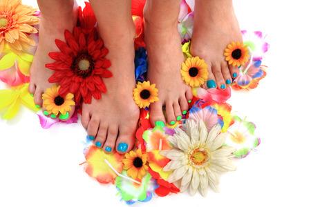 pedicura: mujeres pies y flores como fondo agradable pedicura