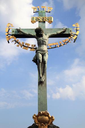 cristianismo: crucifijo y cielo azul como s�mbolo de cristianismo
