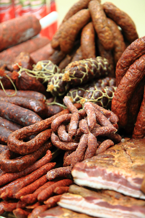 embutidos: embutidos y carne ahumada como el fondo buena comida Foto de archivo