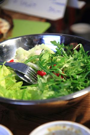 nice food: овощной салат с листьями как приятный фон пищи