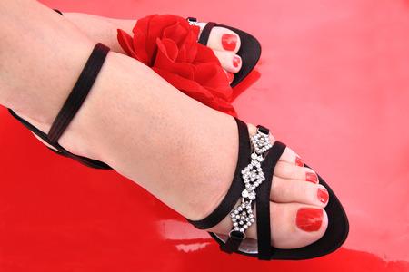 belles jambes: belles jambes avec pédicure isolés sur le fond rouge Banque d'images