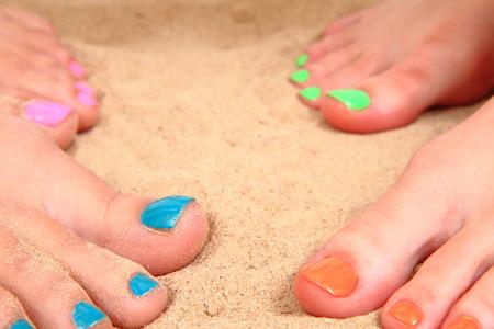 belles jambes: de belles jambes avec pédicure dans le sable de la plage Banque d'images