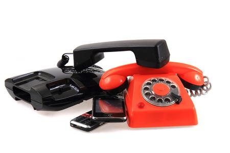 oude telefoons collectie geïsoleerd op de witte achtergrond