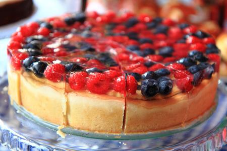 nice food: малина и черника торт, как приятный фон пищи Фото со стока