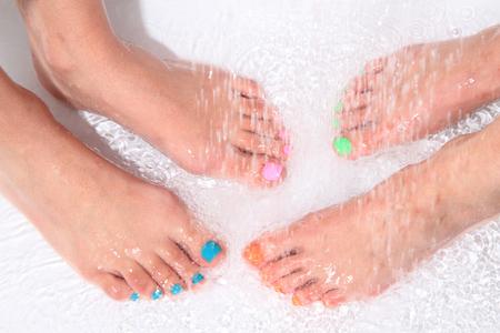 belles jambes: de belles jambes avec pédicure dans l'eau