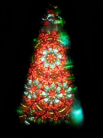 黒の背景に分離されたクリスマス ツリーとして色万華鏡