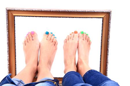 belles jambes: belles jambes avec pédicure isolés sur le fond blanc