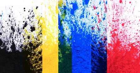 白い背景に分離された cmyk トナー粉 (シアン、マゼンタ、イエロー、ブラック)