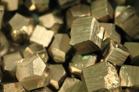 非常に素敵な黄金のテクスチャとして黄鉄鉱鉱物コレクション