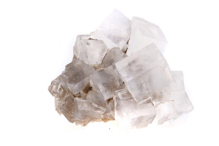 cubes de sel d'halite isolés sur fond blanc