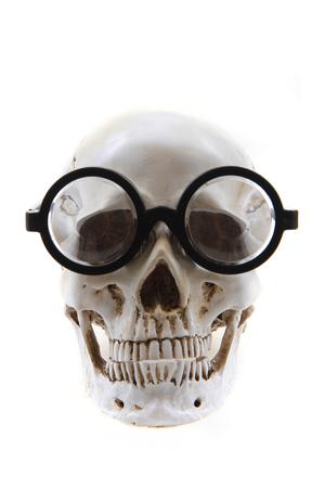 menselijke schedel met een bril geïsoleerd op de witte achtergrond Stockfoto