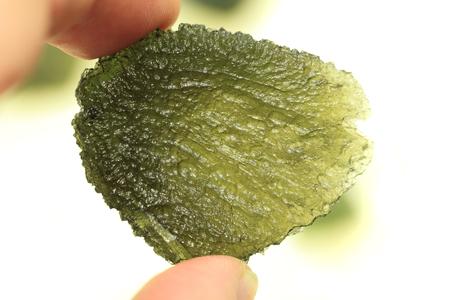 minerale verde moldavite isolato sul backgroud bianco