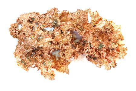 Mineral de cobre aislado en el fondo blanco. Foto de archivo