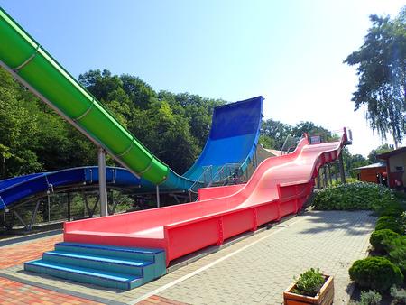 toboggan dans le parc aquatique comme divertissement agréable au parc aquatique Banque d'images