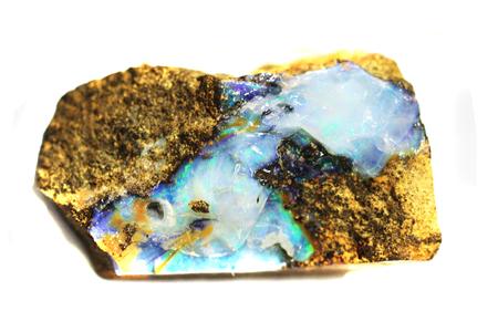 Minéral opale isolé sur fond blanc