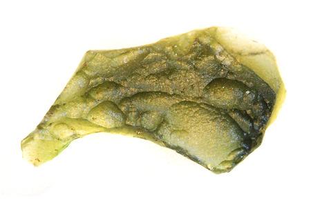 Mineral de moldavita checa aislado en el fondo blanco.