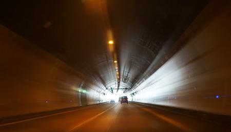 Coche en el túnel como fondo muy bonito.