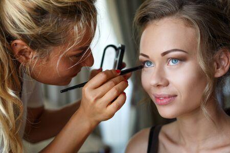 Chisinau, République de Moldavie - 29 juillet 2017 : Belle mariée mariage avec maquillage et coiffure. Le styliste fait la mariée le jour du mariage. Portrait de jeune femme au matin. Photo. Éditoriale