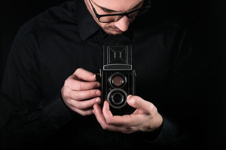 Man photographer holding a camera. 版權商用圖片