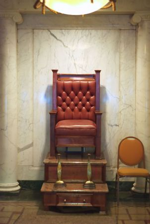 Een schoen stralende stoel in gang.