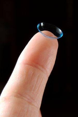 lentes contacto: Contacto en un dedo  Foto de archivo