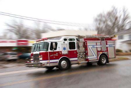 camion de bomberos: Cami�n de bomberos en it''s manera de luchar contra un incendio.