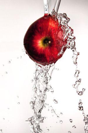 Verter agua y salpicar lo largo de un delicioso manzana roja sobre blanco  Foto de archivo - 2737238