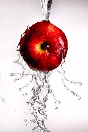 물 쏟아져와 흰색에 빨간색 맛있는 사과 위에 튀는 스톡 콘텐츠