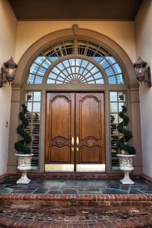 tocar la puerta: Dos de madera frente a las puertas de doble entrada  Foto de archivo