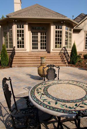 patio furniture: Patio con mobili in ghisa sedie