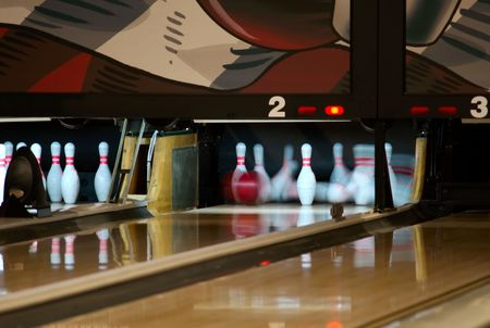 Bowling pins being knocked  down at an alley by a a ball.  Slow shutter speed. 版權商用圖片 - 2958146