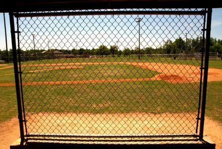 baseball dugout: la cadena de enlace valla en la piragua en un campo de b�isbol.