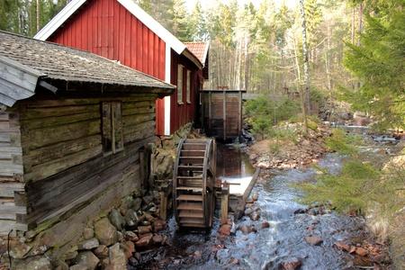 molino de agua: Un molino de agua en el bosque sueco Foto de archivo