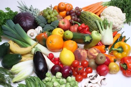 Samenstelling van groenten en fruit tegen een witte achtergrond geïsoleerd