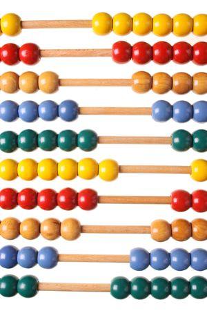 Abacus op geïsoleerde witte achtergrond voor het tellen van
