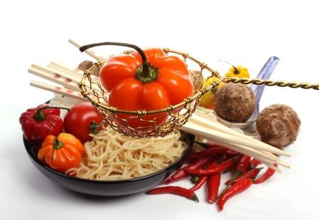 Chinees eten met ingrediënten om een maal tijd