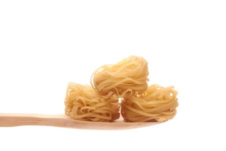 Chinees voedsel dat eenvoudig op een houten lepel wordt aangeboden die op een witte achtergrond wordt geïsoleerd