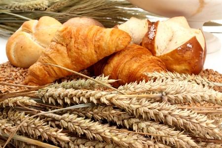 Vers gebakken brood en tarwe in een studio omgeving Stockfoto
