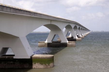 ゼーラント州橋はオランダ最長の橋です。橋にまたがる Oosterschelde 河口。