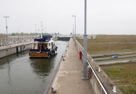 cours d eau: A Naviduct est un type personnalis� de aqueduc, o� une �cluse dans le cours d'eau.