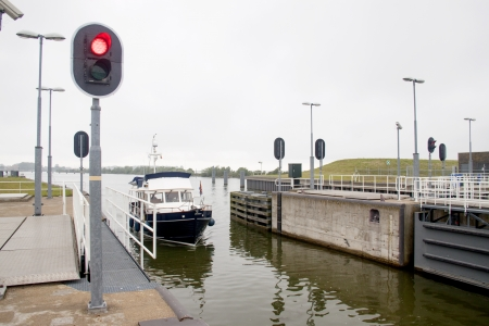 cours d eau: Un Naviduct est un type personnalis� de l'aqueduc, o� une �cluse dans le cours d'eau.