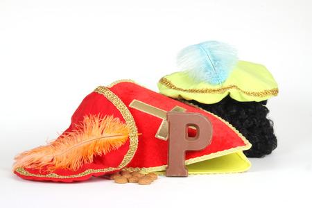 Feestvierders van de Sinterklaas viering krijgen hun initialen gemaakt van chocolade.
