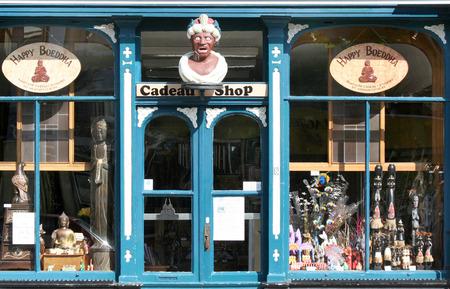 assen: Prachtige winkelgevel van een in een oude apotheek gevestigde cadeauwinkel. Met gaper.
